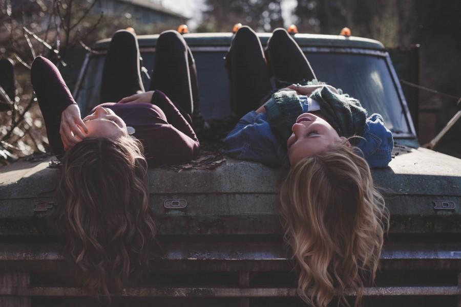 Des jeunes filles rient aux éclats